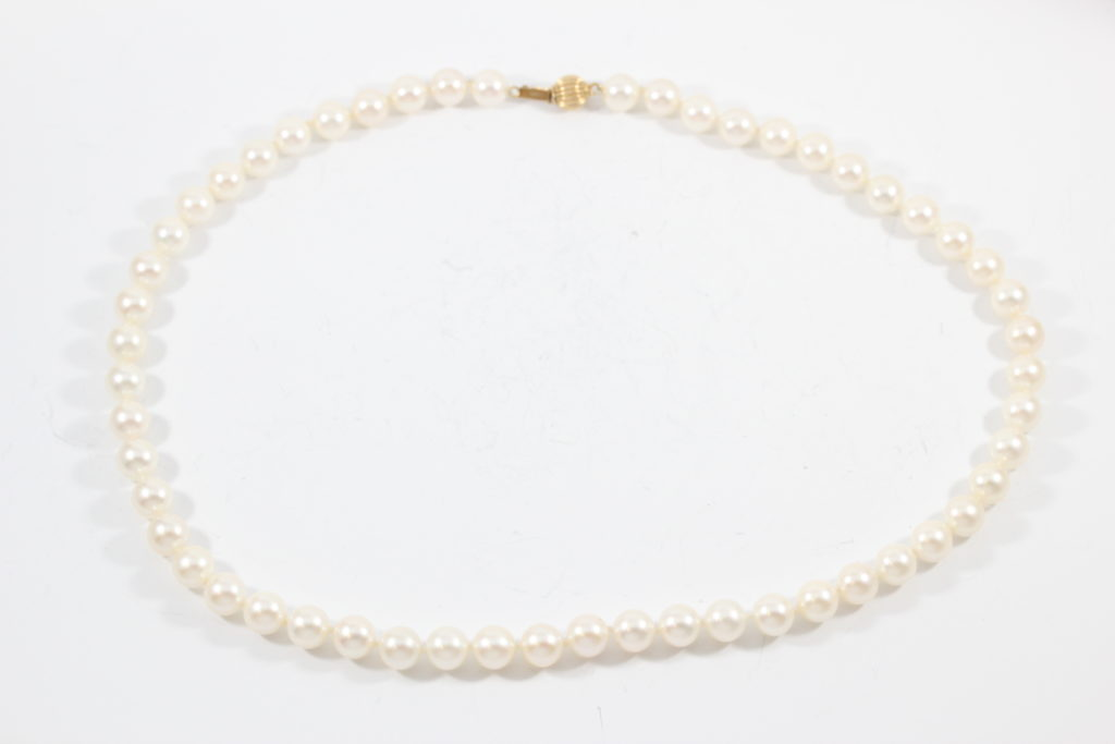 pearl-restringing fixed pearl necklace