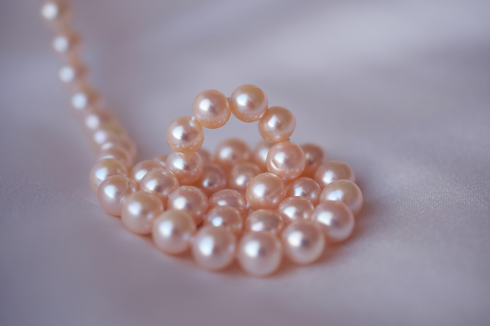 pearl-restringing knots necklace